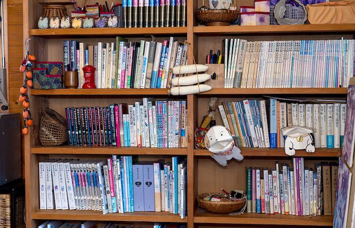 森の民話茶屋、書棚