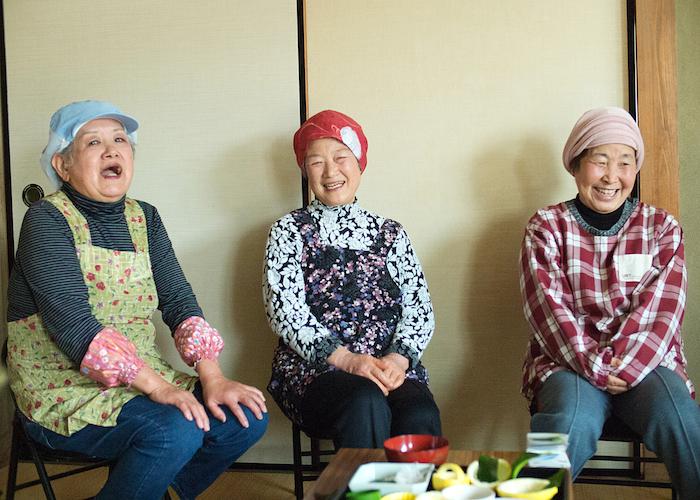岩城島でべそおばちゃん3人衆